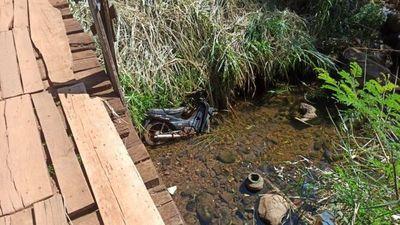 Niño de 5 meses cayó de un precario puente de madera