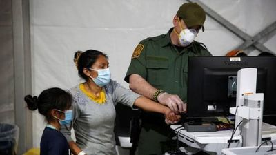 EEUU envía a hoteles a familias migrantes detenidas