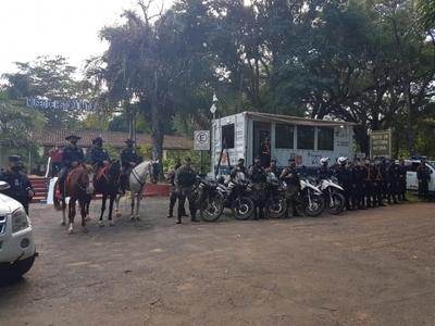 Asalto y coacción en el Botánico: ahora ya hay comisaría móvil, patrullera, Policía Montada y Linces en el lugar