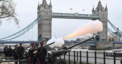 La Nación / Cientos homenajean al príncipe Felipe en la Torre de Londres