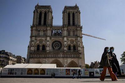 Un bosque de andamios envuelve los muros de Notre Dame durante las obras