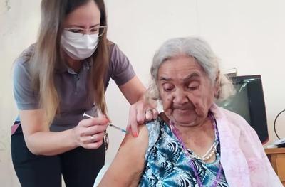 """Adultos mayores del Hogar """"Juan Pablo II"""" reciben primera dosis de Covaxin"""