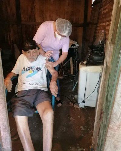 Adultos mayores reciben vacunación contra Covid-19