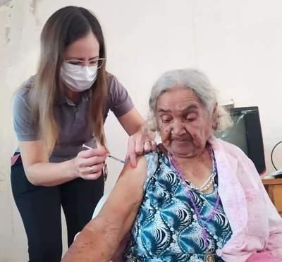 Segunda jornada de vacunación anticovid a adultos mayores