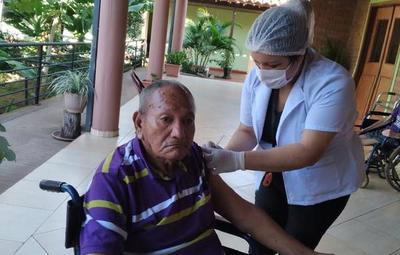 Avanza vacunación de adultos mayores en albergues