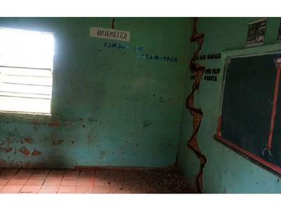 Escuela a punto de caerse en Concepción