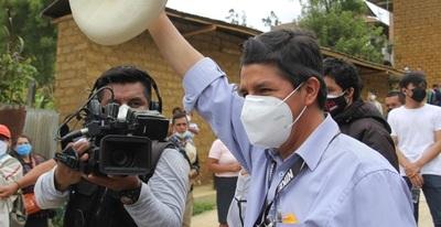 El izquierdista Pedro Castillo lidera el recuento de Perú mientras se decide el segundo candidato
