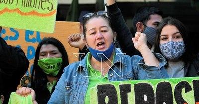 La Nación / Docentes se movilizan en reclamo de suspensión de clases presenciales