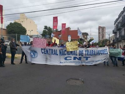 Choferes bloquean tránsito en microcentro para exigir revocatoria de suspensión laboral