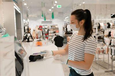 Consumo no consolida repunte y venta de prendas de vestir cayó 14% en febrero