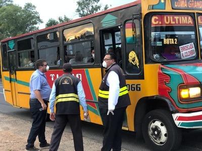 """Reguladas: Solo 13 funcionarios para controlar 1.900 buses y 550 micros """"guardados"""" en paradas"""