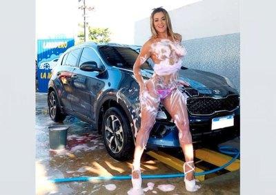 Crónica / Lava autos para pagar el estudio