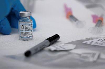 Inglaterra empieza a vacunar con Moderna, el tercer preparado disponible