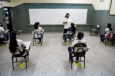 Educadores exigen a Brunetti la suspensión de clases híbridas por 30 días