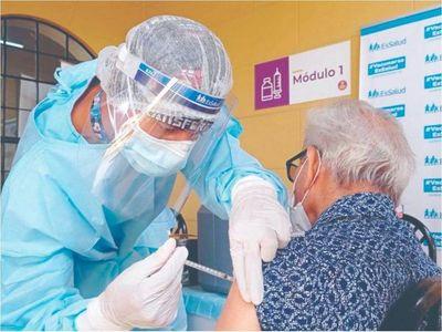 Vacunan contra COVID a abues desde los 85 años