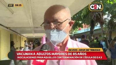 Vacunan a adultos mayores de 85 años en el Hospital de Trinidad
