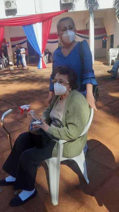 Denuncian desorganización en la vacunación de adultos mayores