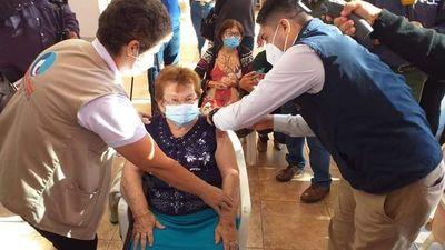 Se inicia vacunación a adultos mayores de 85 años en Alto Paraná