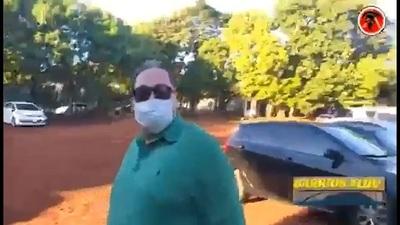 """Escrachan a """"médico planillero"""" en Presidente Franco"""