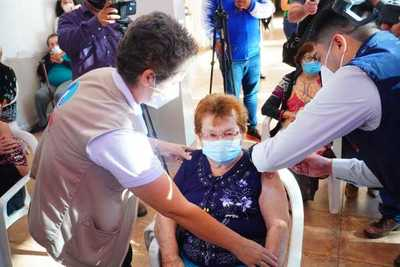 Adultos mayores recibieron primera dosis de vacuna anti covid