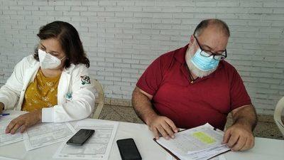 """Doctor admite error en el vacunatorio de Barrio Obrero: """"Los lotes se parecen y están en Chino"""""""