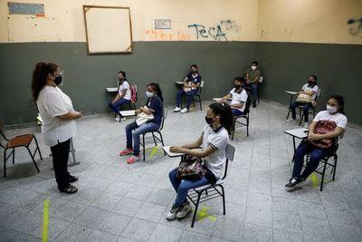 Gremios de padres discrepan sobre suspensión de clases presenciales
