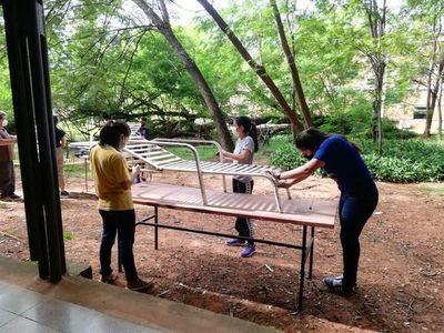 Estudiantes restauran reposeras para familiares de personas hospitalizadas