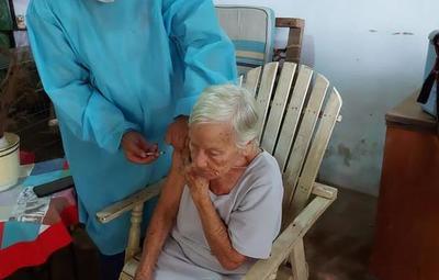 Vacunación de adultos mayores contra el covid: ¿Se los puede obligar?