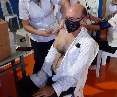 Vacunan a directivos de universidad en Franco