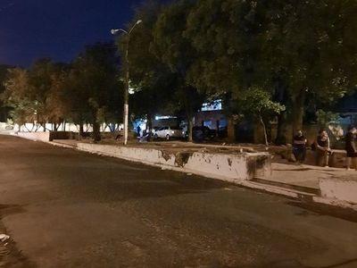 Familiares de internados en Barrio Obrero descansan a oscuras en paseo central