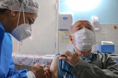 Teléfonos para vacunación de adultos mayores no paraban de recibir llamadas