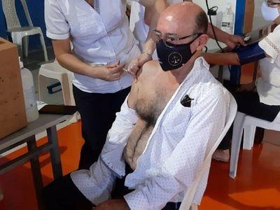 Covid-19: Vacunación de menores de 85 años termina con renuncia de director