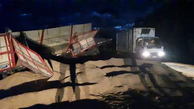 CNEL. BOGADO: CAMIÓN VOLCÓ SOBRE LA RUTA 1