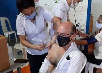 """Apartan del cargo al director de Hospital de Presidente Franco por vacunación """"vip"""""""