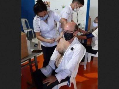 """""""No había gente"""": Decano se aplicó vacuna de manera irregular · Radio Monumental 1080 AM"""