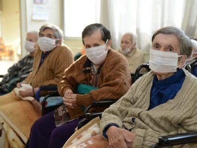 Más de 30 personas se vacunaron en hogar de ancianos de Alto Paraná · Radio Monumental 1080 AM
