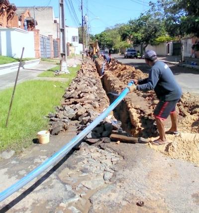 ESSSAP realiza cambio de tuberías para mejorar servicio de agua potable en dos barrios de Asunción