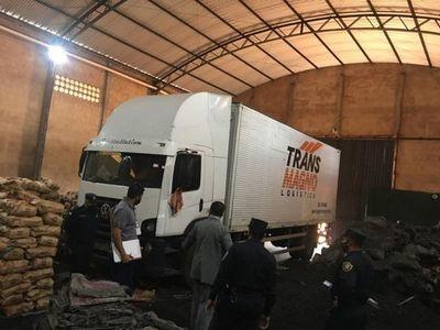 Allanan depósito de carbón en Pedro Juan y recuperan camión robado en Brasil.