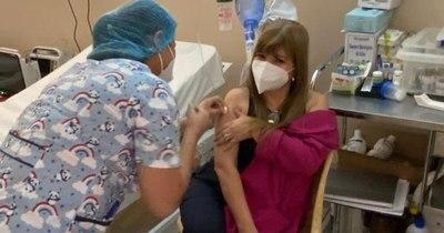 La Nación / Directora del HNI recibió vacuna en su cumpleaños