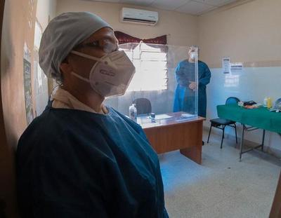 Personal sanitario recibe 100.000 trajes de protección