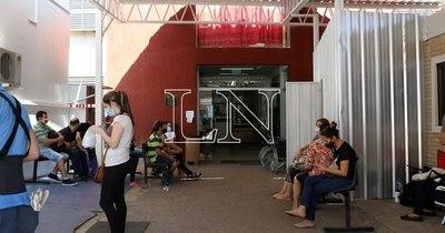 """La Nación / """"Mueren en sillas esperando una cama de terapia"""": CNN se hace eco de la crisis sanitaria en Paraguay"""