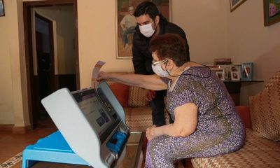 Solicitantes del Plan Voto en Casa aprenden a usar máquina de votación