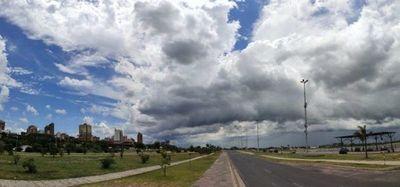 Meteorología prevé un jueves caluroso y con posibles lluvias