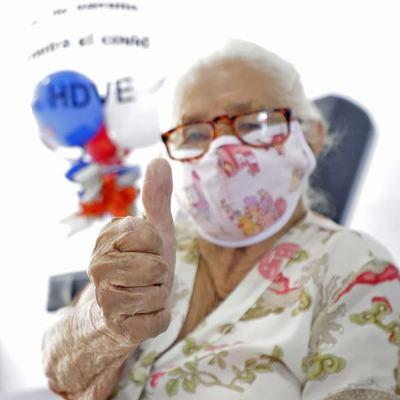 Hoy jueves se vacunas los adultos mayores de 85 años con terminación de cédula de 7 a 9