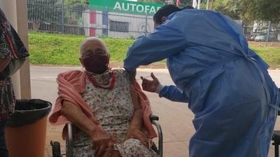 Continúa vacunación a adultos mayores de más de 85 años