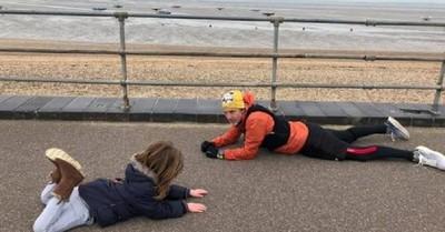 El aplaudido gesto de un hombre que se acostó en el suelo junto a un niño autista que no quería volver a casa