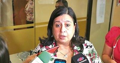 """La Nación / Senadora denuncia que 75 personas murieron en """"pasillos"""" de hospitales"""