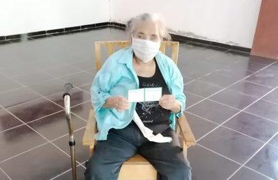 Adultos mayores a 85 años  del Distrito de Loma Plata son vacunados contra el Covid-19