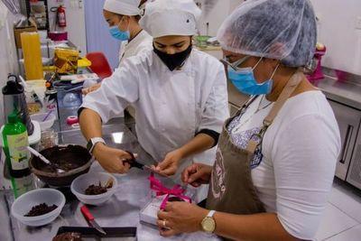Mujer privada de libertad es contratada por una pastelería