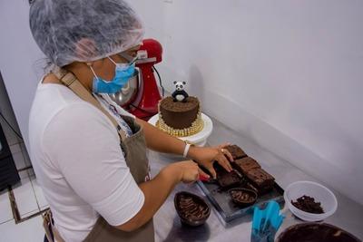 Pastelería contrata a mujer en semi-libertad para trabajar fuera del centro penitenciario